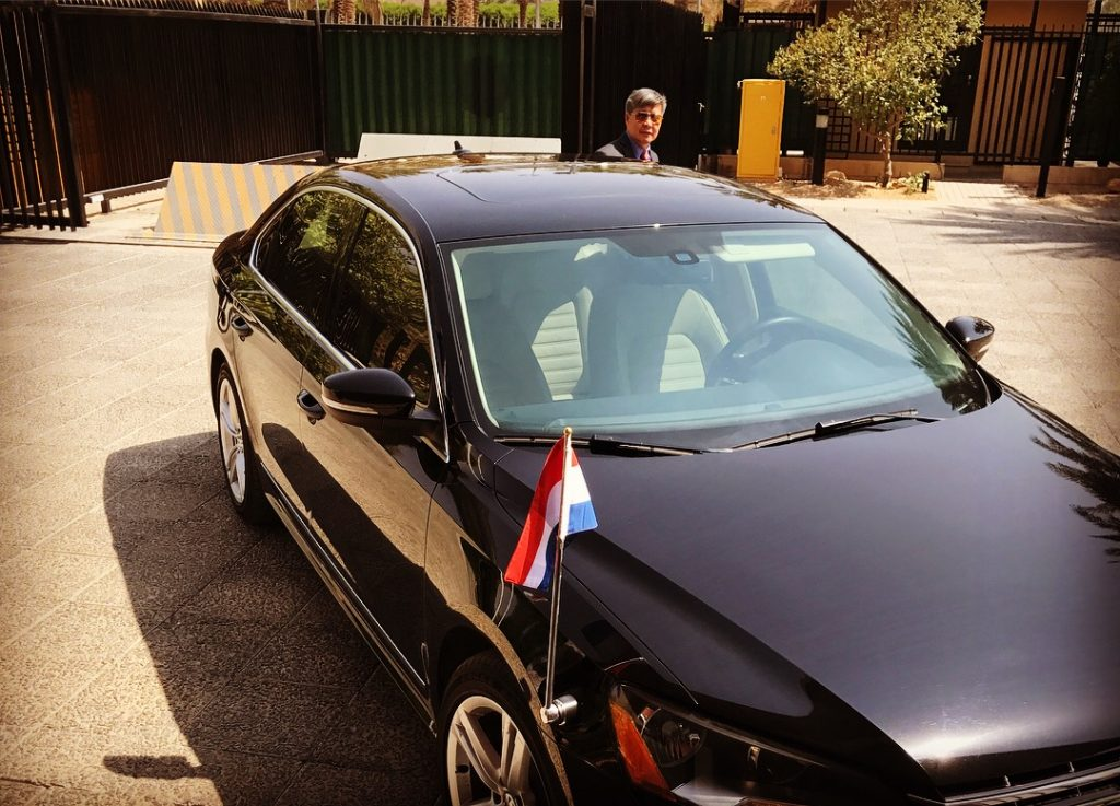 Ons vervoer van de dag: de auto met nationale driekleur!