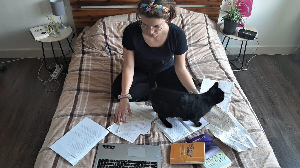 Ik zit op bed te studeren, mijn kat loopt over de papieren. Dit is geen handige manier van studeren als student die in de horeca werkt.