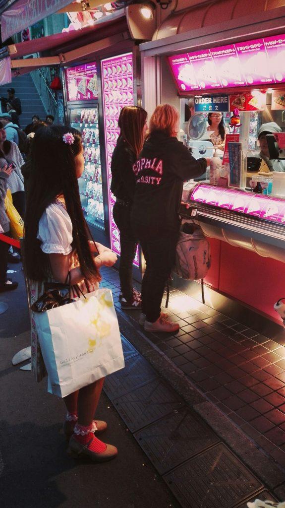 Crêpes in Tokyo met studenten van Sophia University.