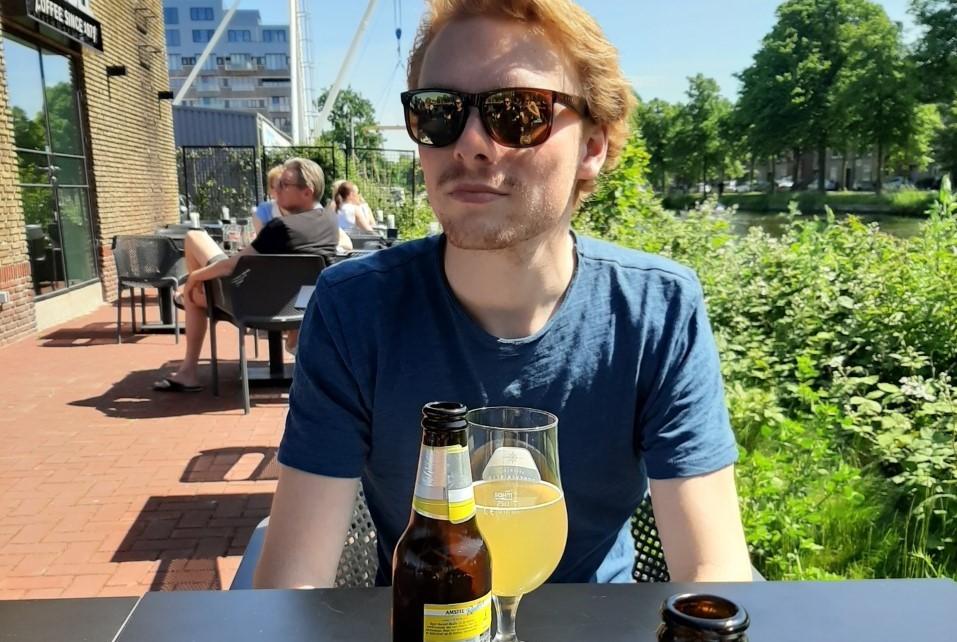 Bij het cafeetje Capriole, naast Glaswerk op de Binckhorst in Den Haag