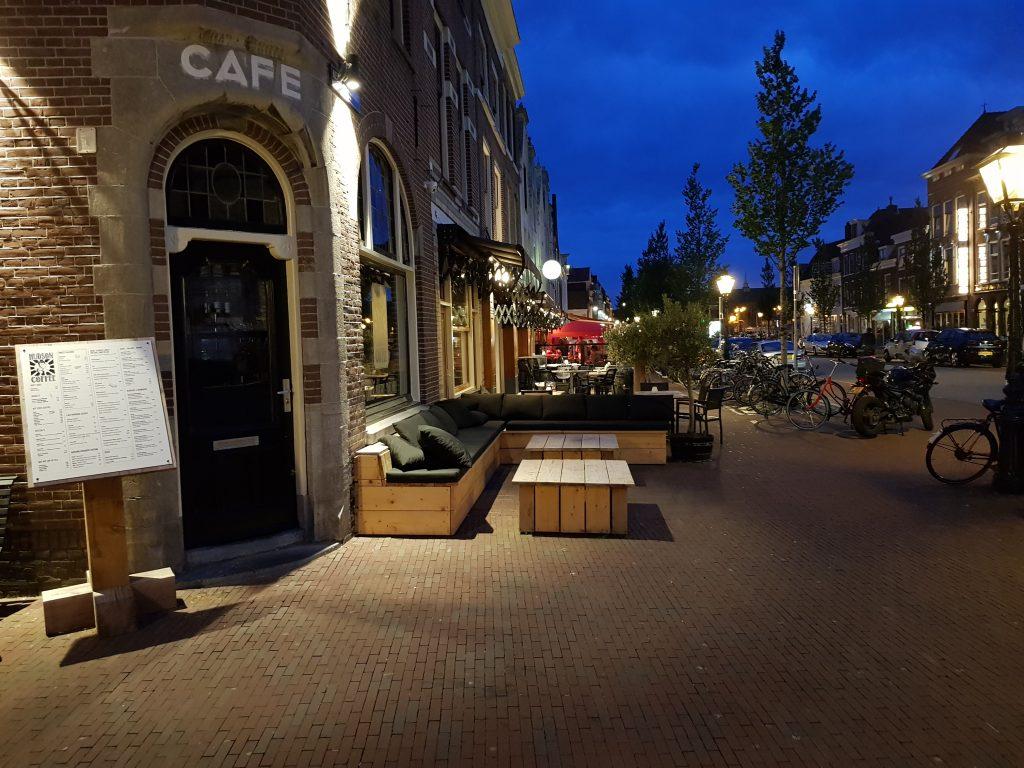 De vele cafeetjes en bars van Leiden in de avond.