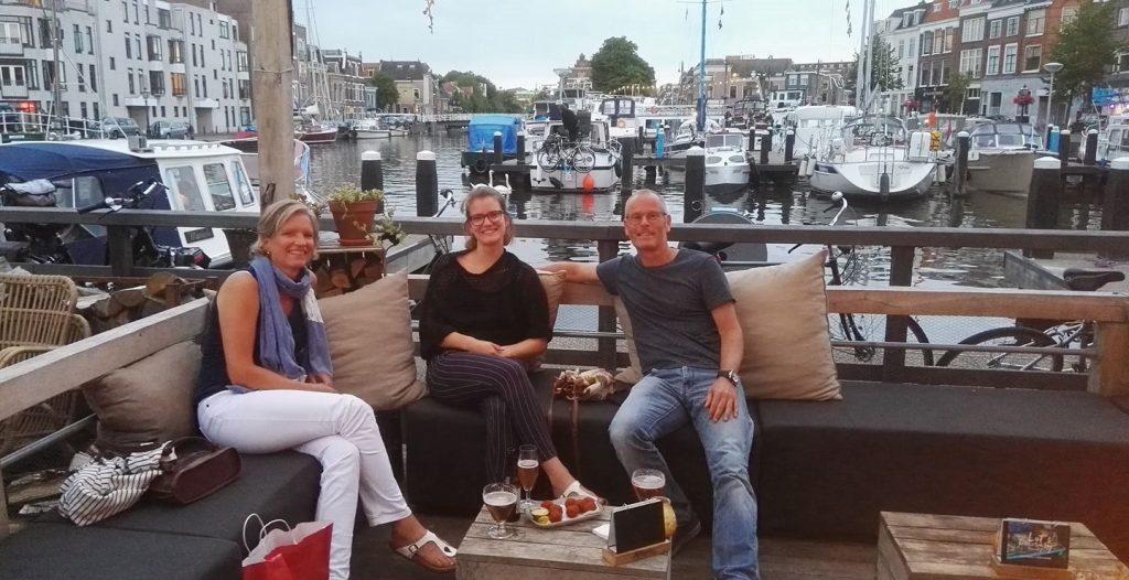Met mijn ouders hangen op de loungebanken van Lot en de Walvis, een van de leuke cafeetjes in Leiden.