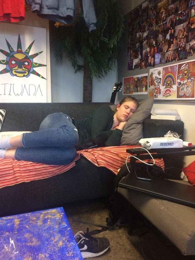Ik aan het slapen op de bank van 'het hok', oftewel de ruimte van de studievereniging.