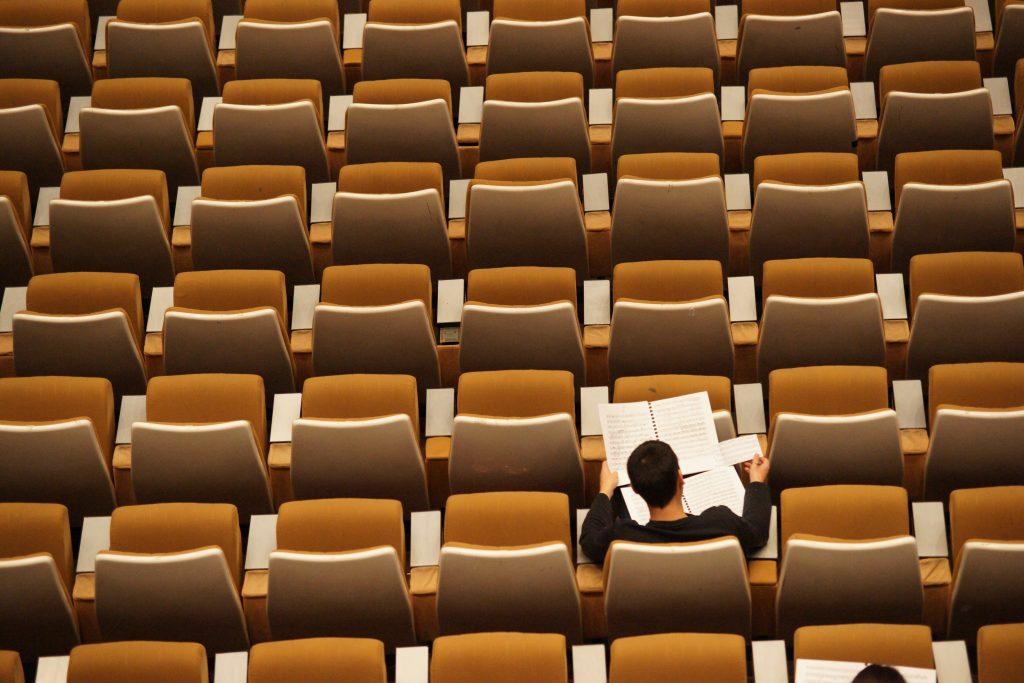 eenzame student in hoorcollegezaal