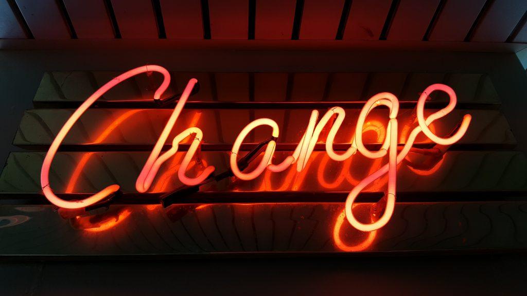 een neon licht wat het woord 'change' spelt