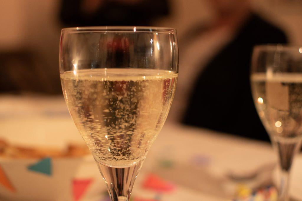 Een glas wijn, waarom deze student geen alcohol drinkt.