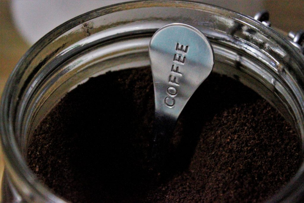 coffee - lepel in pot gemalen koffie