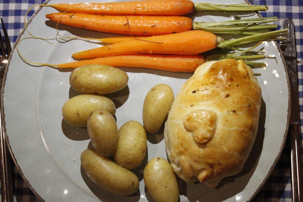 Foto van het hoofdgerecht: worteltjes uit de oven, krieltjes en een gehaktwellington