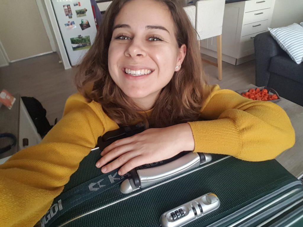 Blij met grote koffer