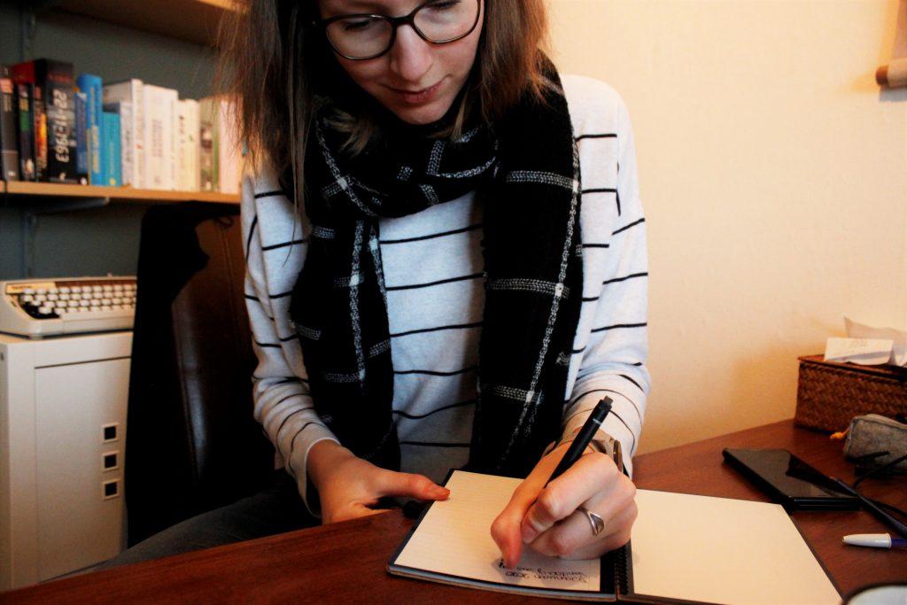 schrijvend in een dagboek