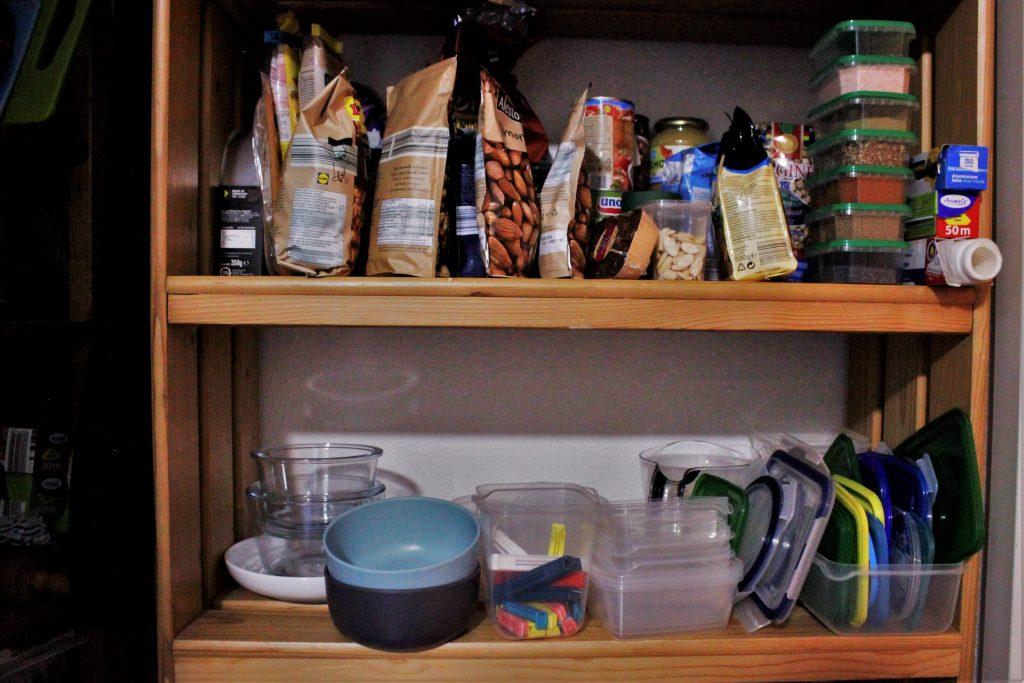 voorraadkast met voorraadbakjes - onmisbaar voor mealpreppen