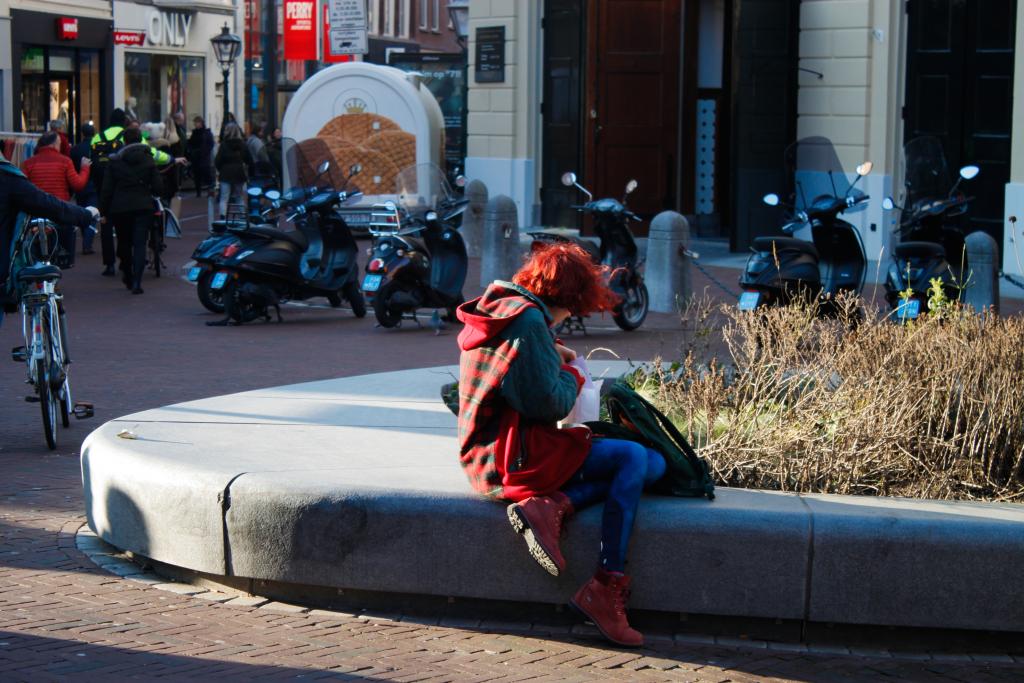 rood meisje op de straat