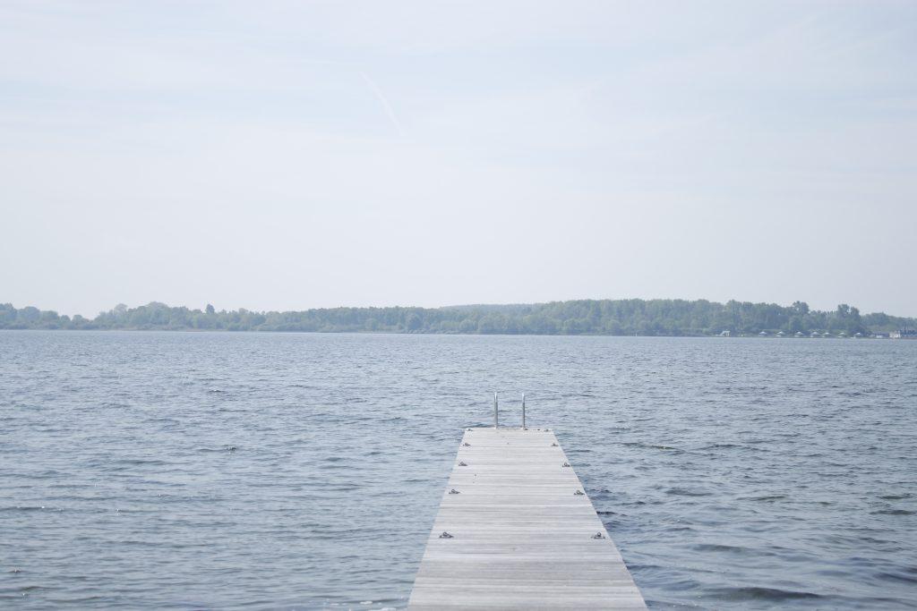 Open water met een steiger en een trappetje