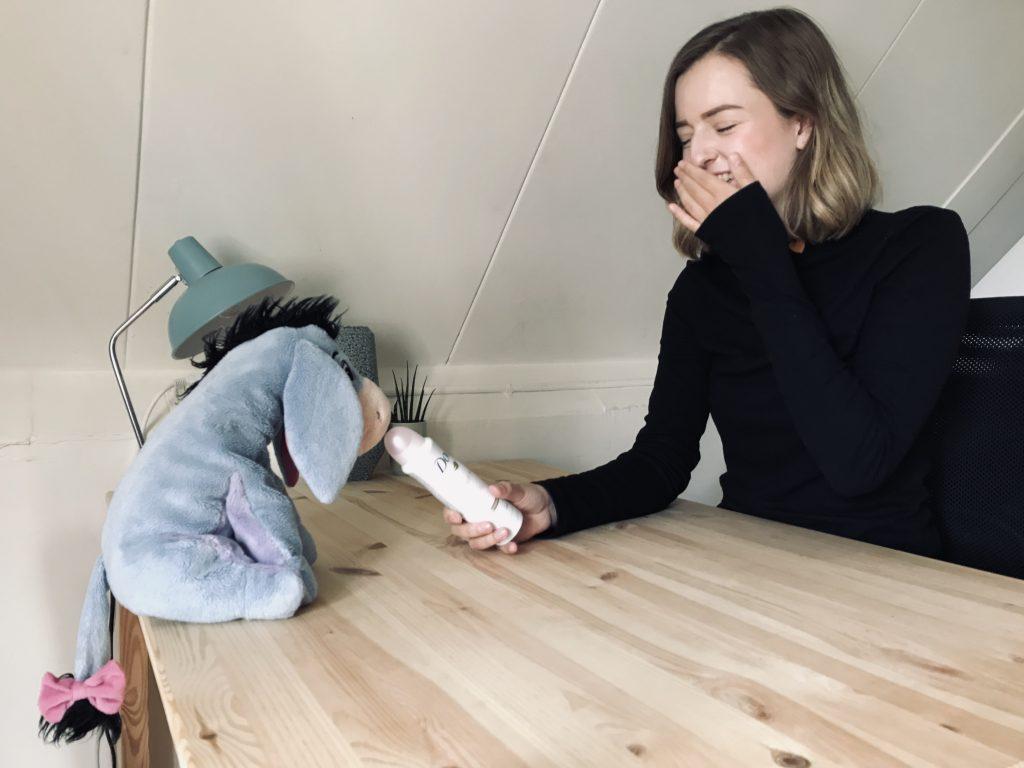 Schrijfster interview met een deospuitbus een knuffelbeest.