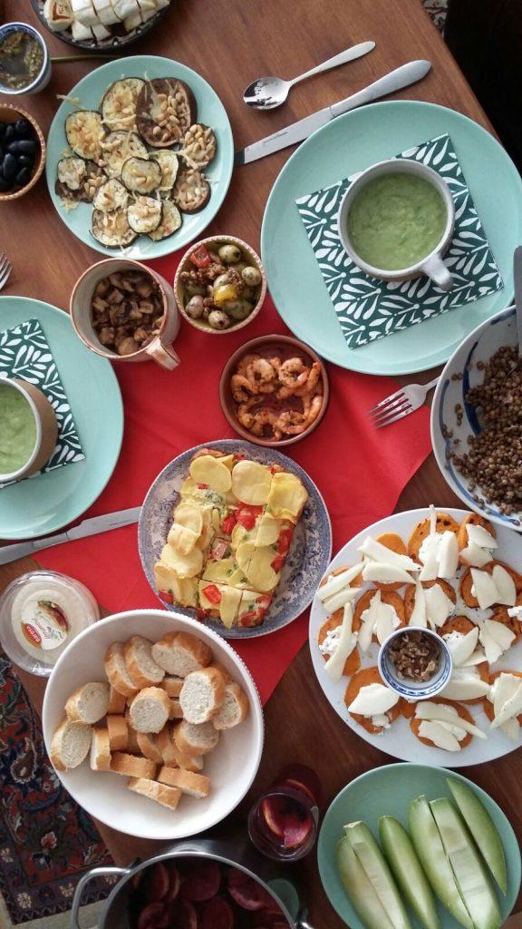 tafel vol met eten, wat mijn vrienden en ik allemaal zelf koken