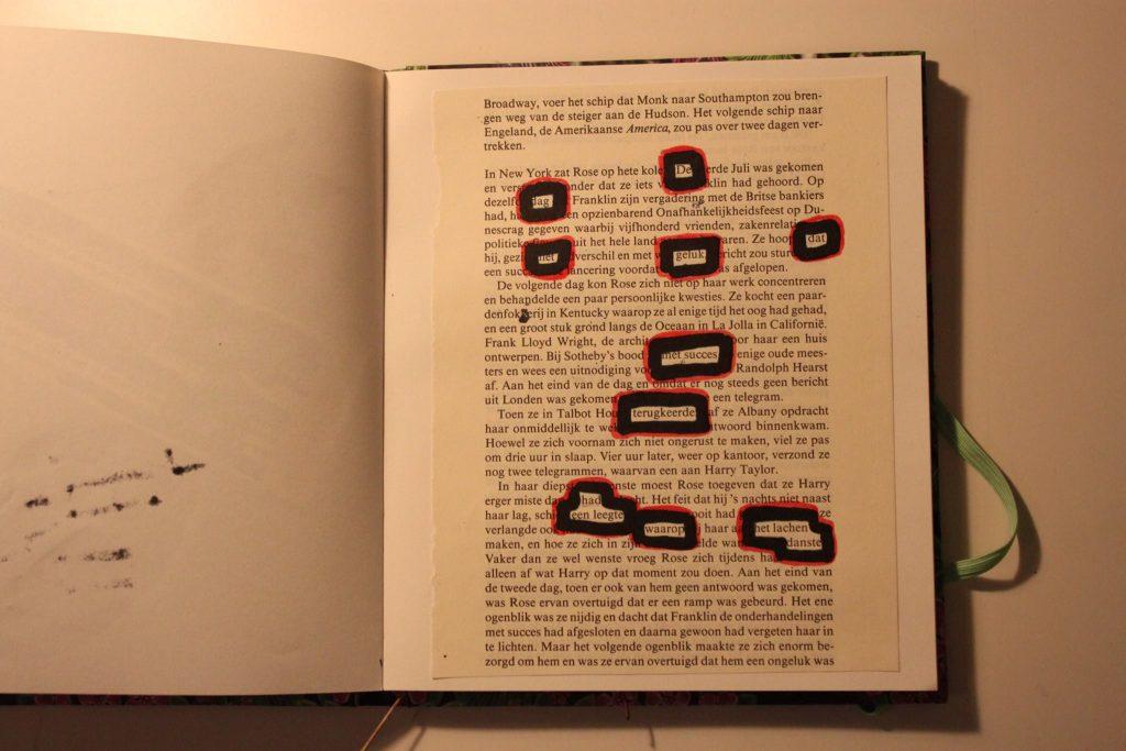 """pagina uit een boek waar een aantal woorden uit gemarkeerd zijn: """"De dag dat het geluk met succes terugkeerde, had een leegte waarop het lachen danste"""""""