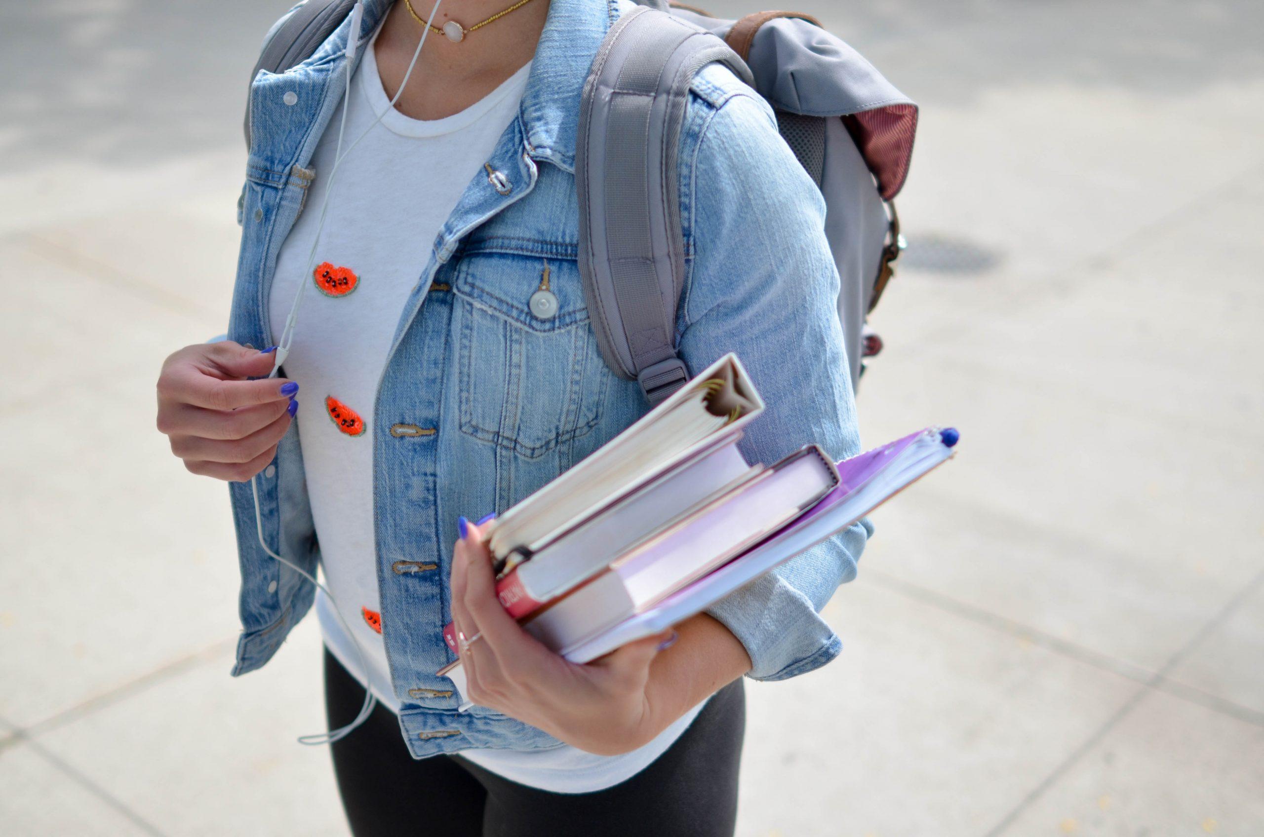 scholier met boeken