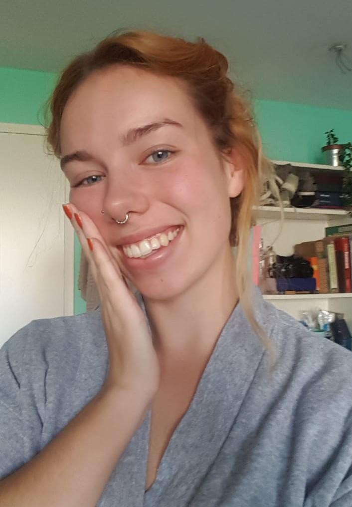 Self care selfie, dagcreme insmeren